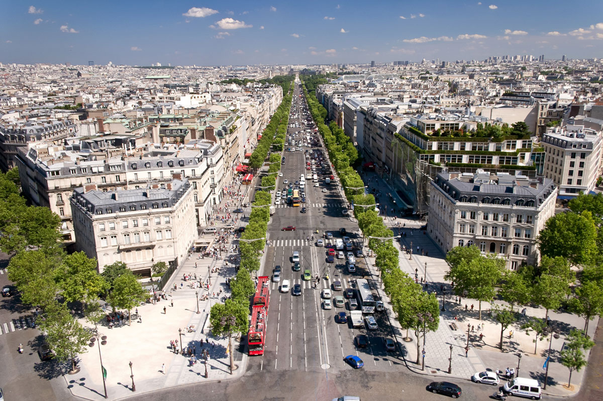 Champ_Elysees_Paris_ExpatExplore