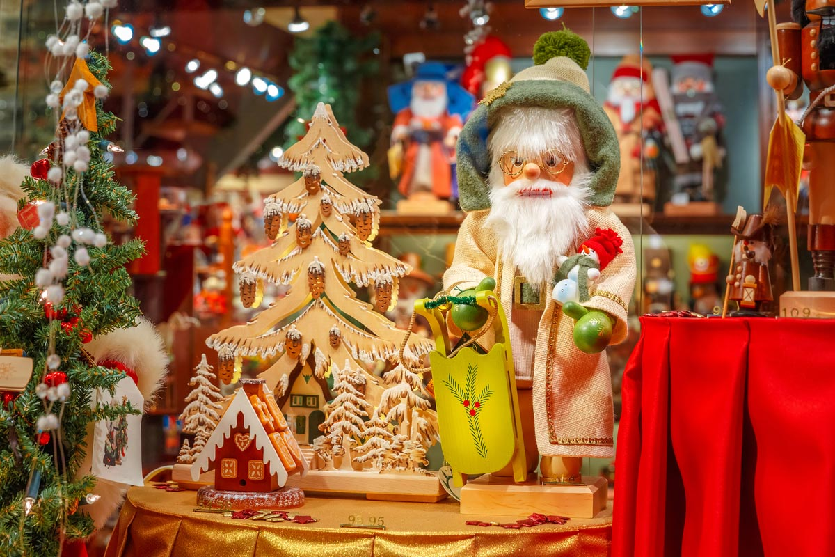Buy a Santa Claus decoration at Arlon's Christmas market